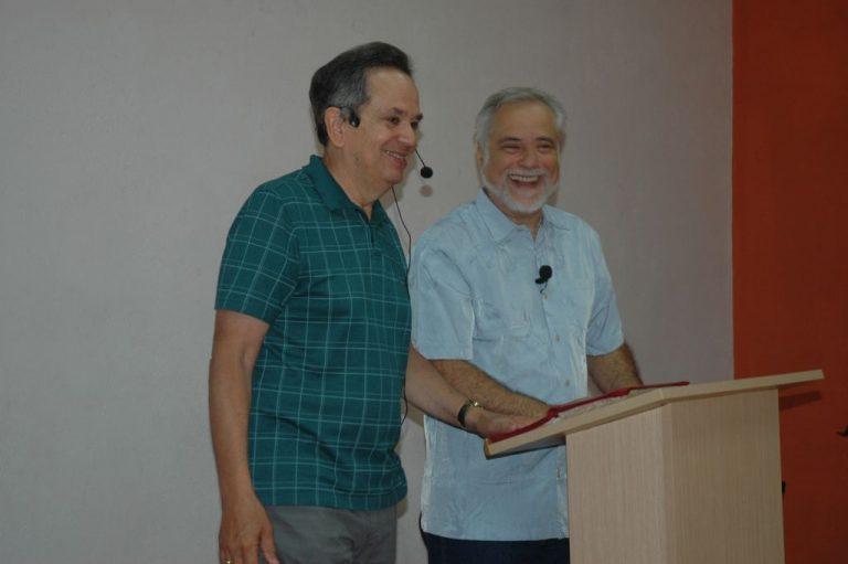 Dr. Howard Morgan y su traductor Stephen Horning